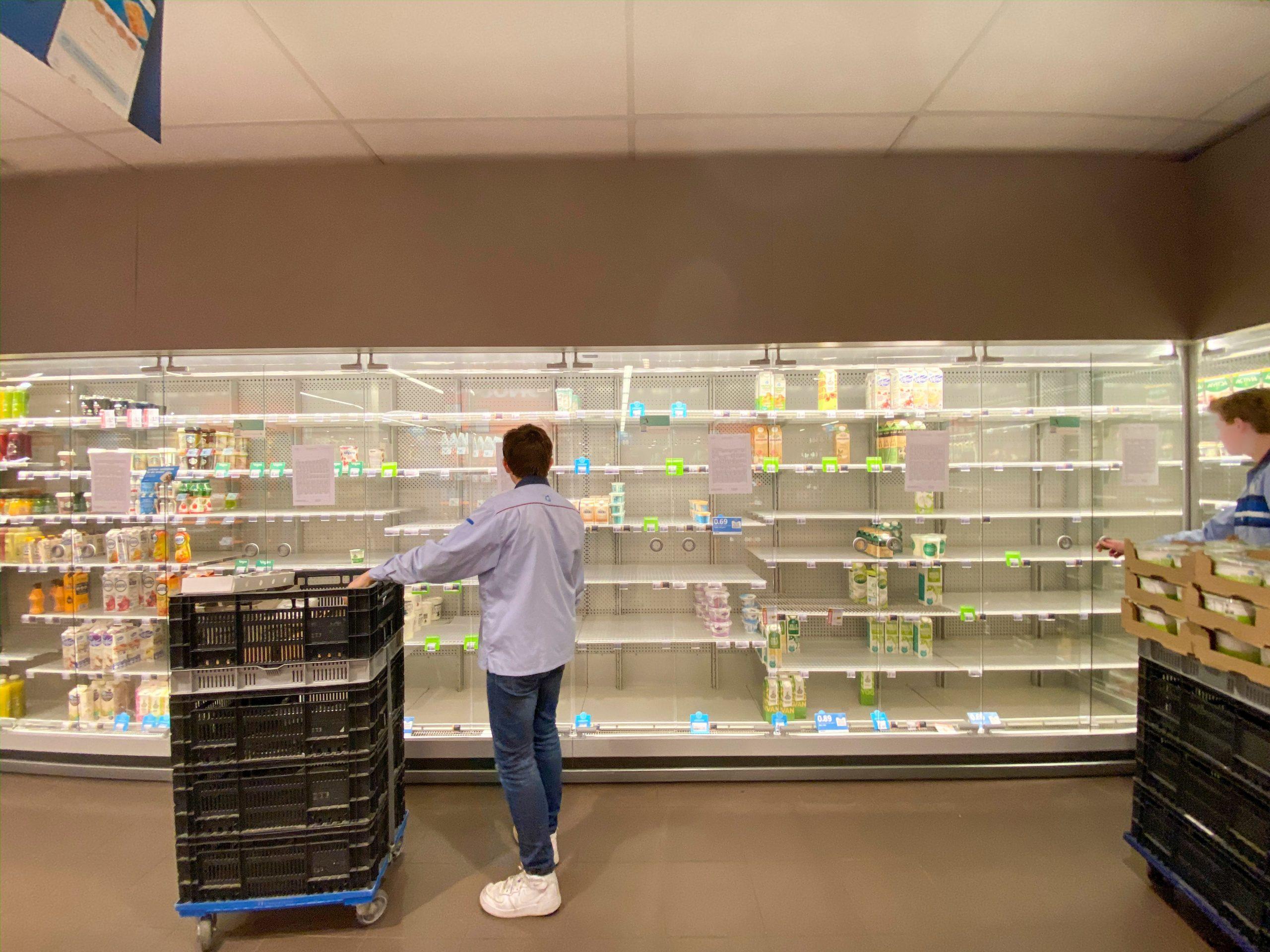 Psychologie tijden van pandemie Lege winkelrekken Photo by Martijn Baudoin via Unsplash