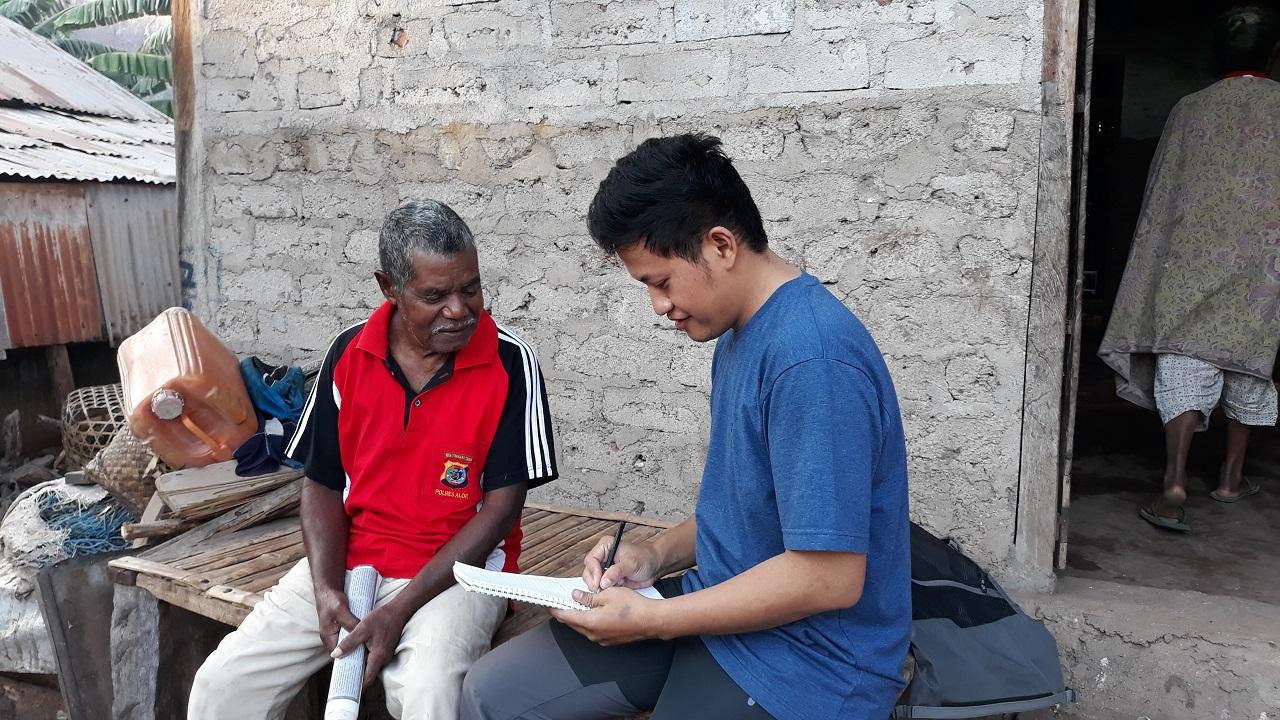 3 Taalkundige Yunus Sulistyono maakt opnames van sprekers van het Alorees op het eiland Pantar (Foto's: Yunus Sulistyono)