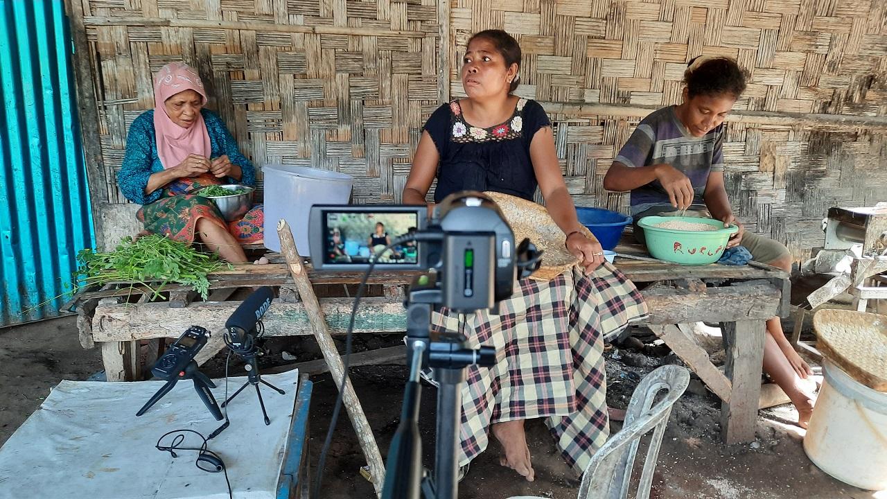 2 Taalkundige Yunus Sulistyono maakt opnames van sprekers van het Alorees op het eiland Pantar (Foto's: Yunus Sulistyono)