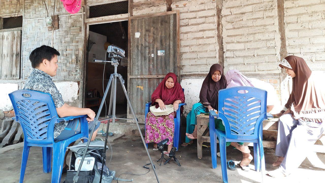 1 Taalkundige Yunus Sulistyono maakt opnames van sprekers van het Alorees op het eiland Pantar (Foto's: Yunus Sulistyono)